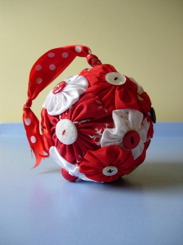 idée bricolage noël boule de sapin en textile boutons