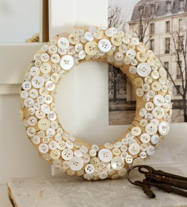 idée bricolage noël couronne de noël boutons blancs épingles