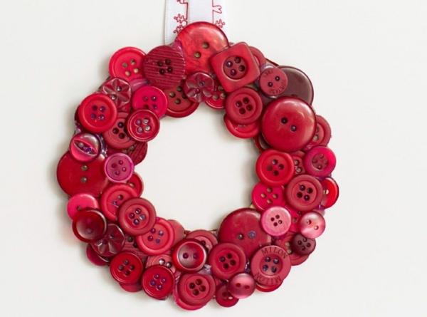 idée bricolage noël couronne en boutons rouges