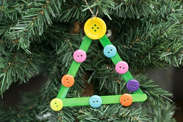 idée bricolage noël ornement sapin triangle bâtonnets de glace boutons