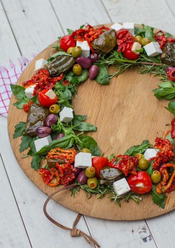 idée de couronne noël fromage olives tomates séchées feuilles de vigne farcies