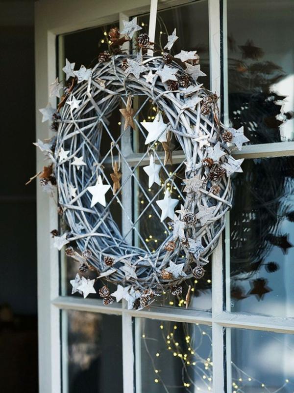 idée de déco de noël scandinave couronne noël fenêtre