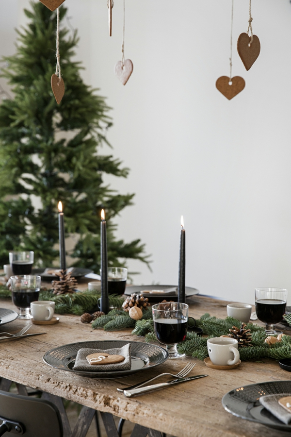 idée de déco de noël scandinave déco de table pommes de pin verdure