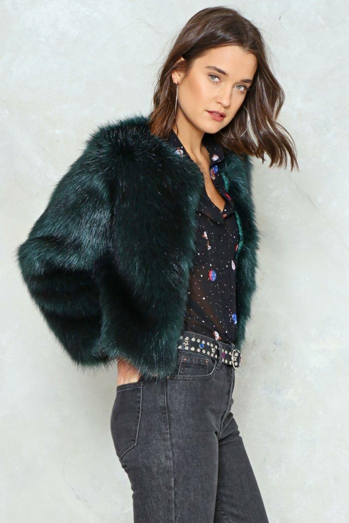 jean gris et manteau en fausse fourrure vert