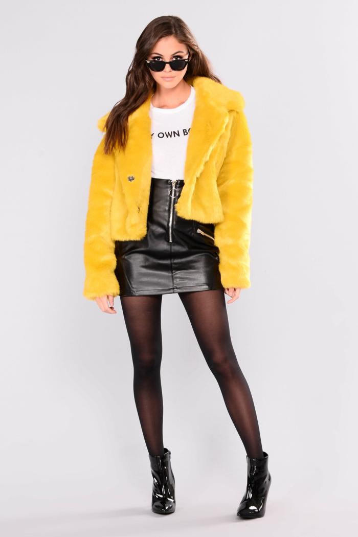 jupe en cuir noir et manteau en fausse fourrure moutard