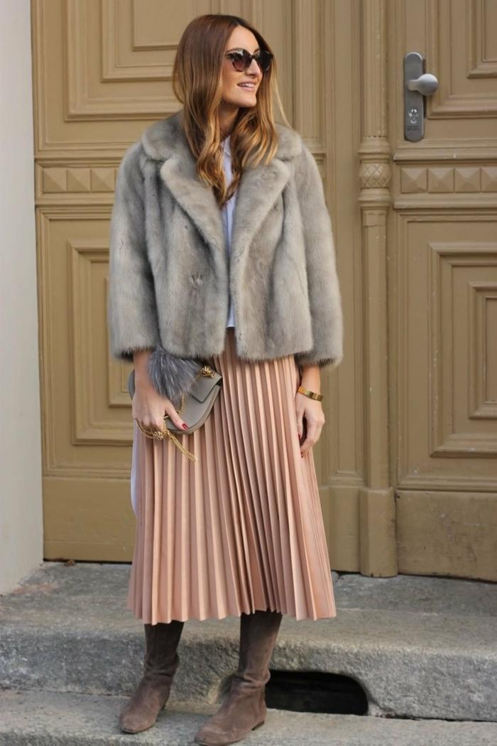 jupe plissée et manteau en fausse fourrure