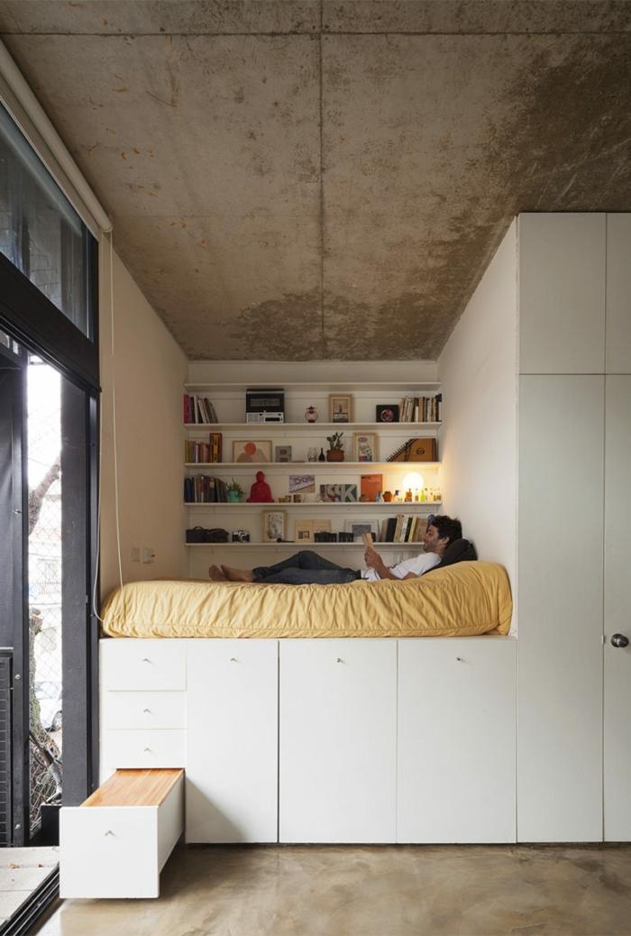 lit sur une estrade en bois très haute
