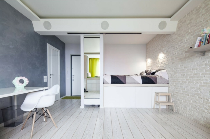 lit sur une estrade en bois