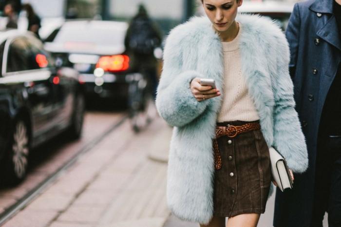 manteau en fausse fourrure à porter avec une jupe
