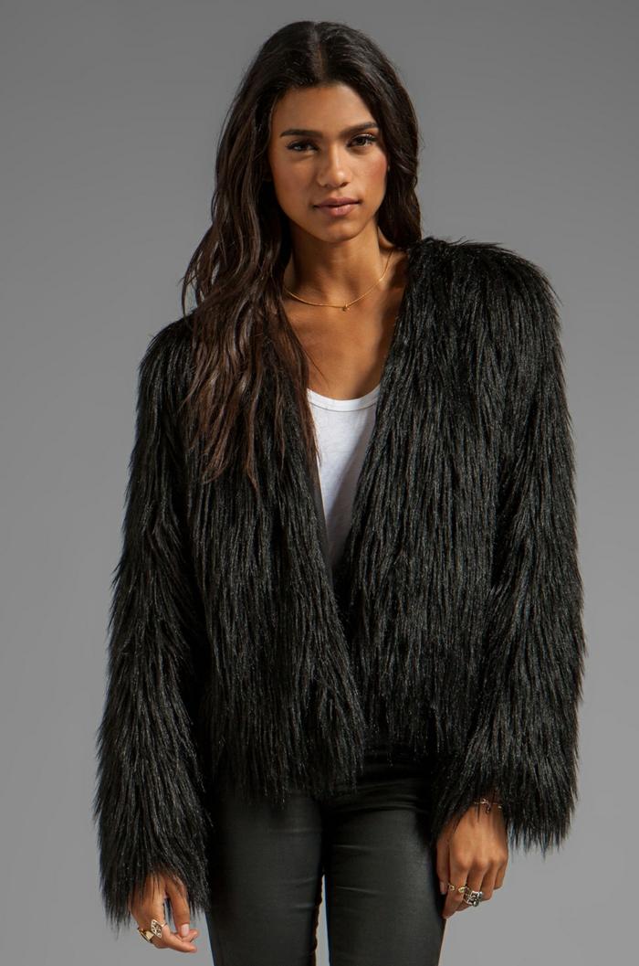 manteau en fausse fourrure en noir
