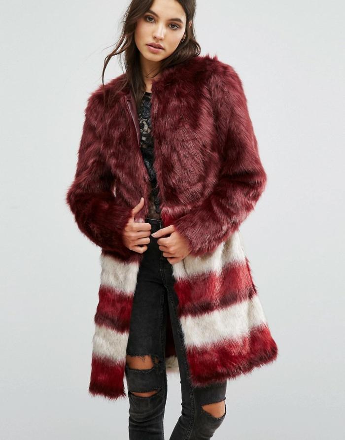manteau en fausse fourrure et un jean