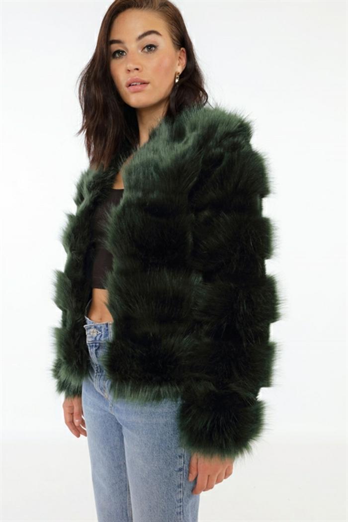 manteau en fausse fourrure gris et jean