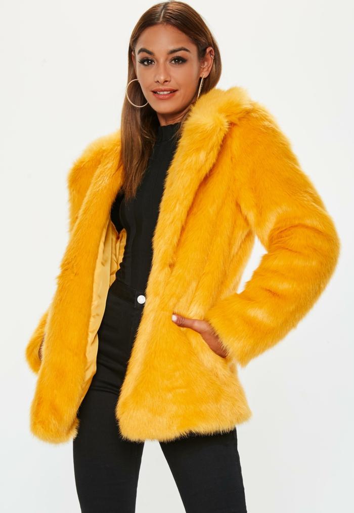 manteau en fausse fourrure moutard à porter avec noir