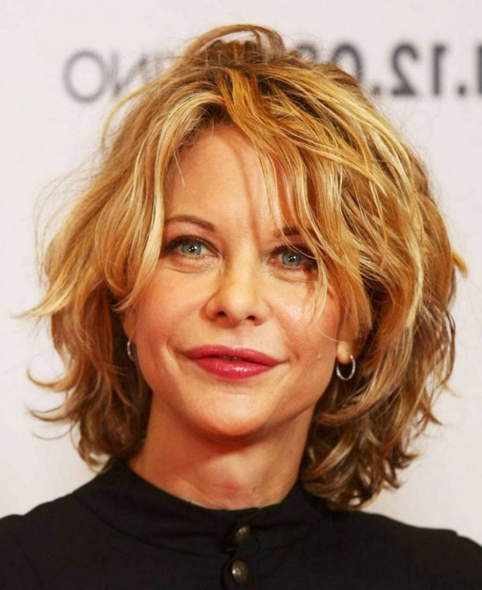 modèle de coiffure pour femme de 50 ans cheveux en désordre