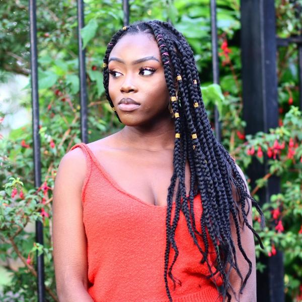modèle de tresse africaine pour femme anneaux et rubans