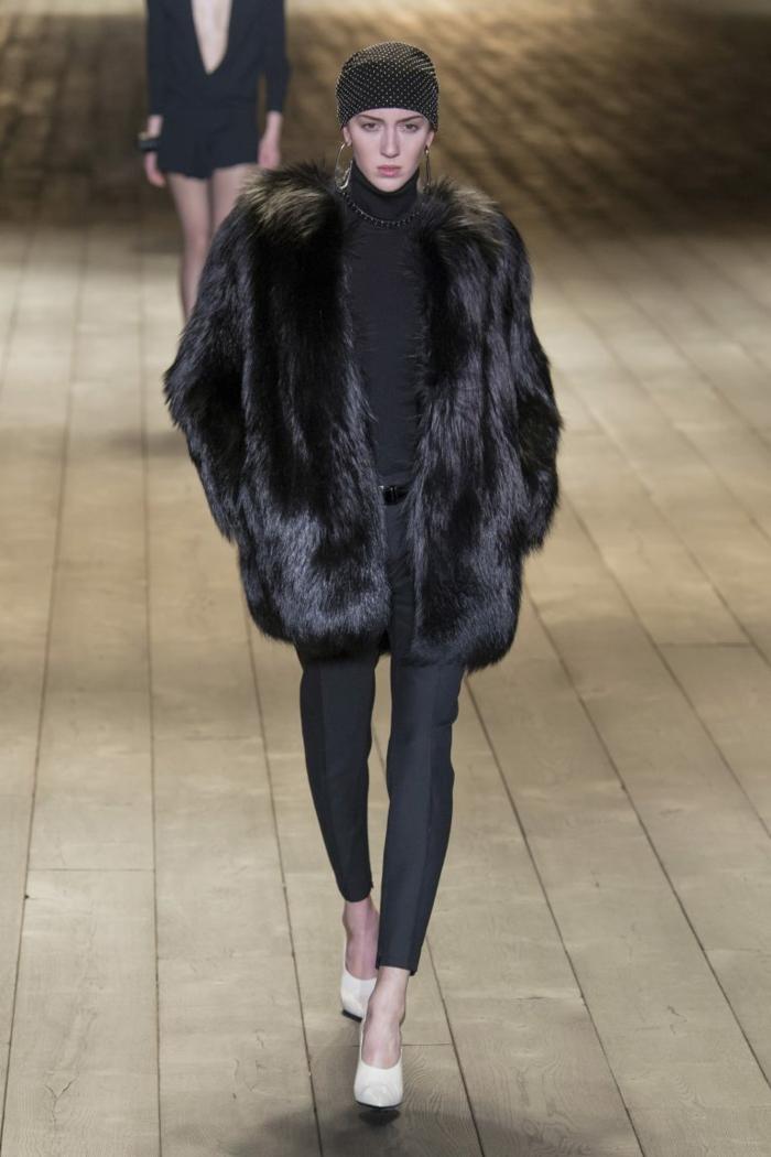 pantalon noir et manteau en fausse fourrure
