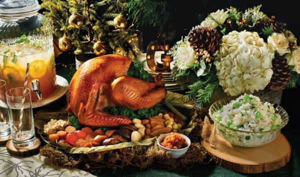 pintade de Noël la table est bien décorée