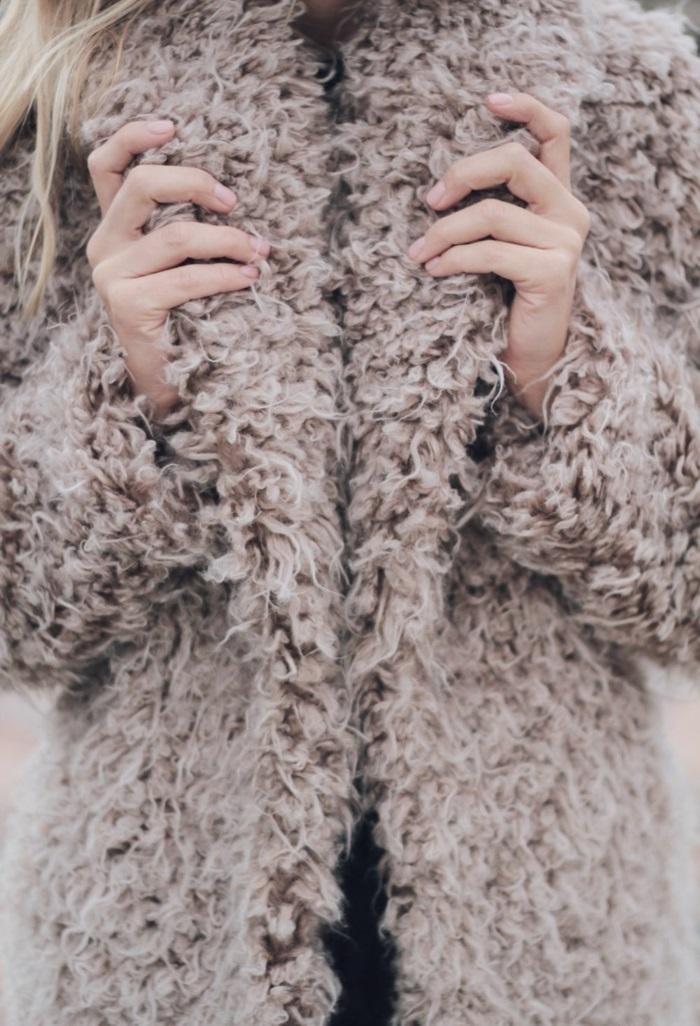 rester au chaud avec un manteau en fausse fourrure