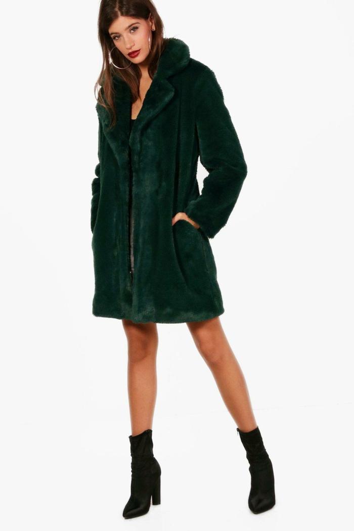 robe avec un manteau en fausse fourrure