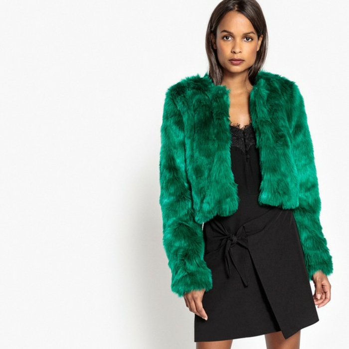 robe noire et manteau en fausse fourrure