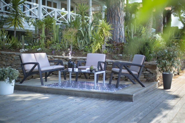 salon de jardin sur estrade en bois