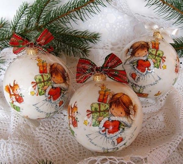 serviettage Noël trois boules coquettes