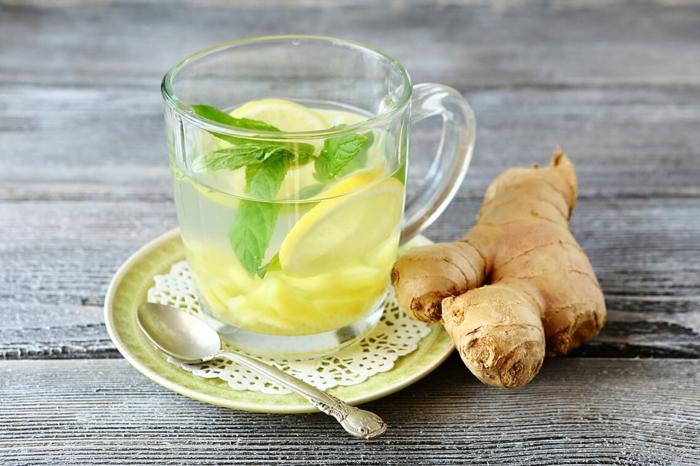 thé à la menthe, gingembre et citron pour combattre le rhume