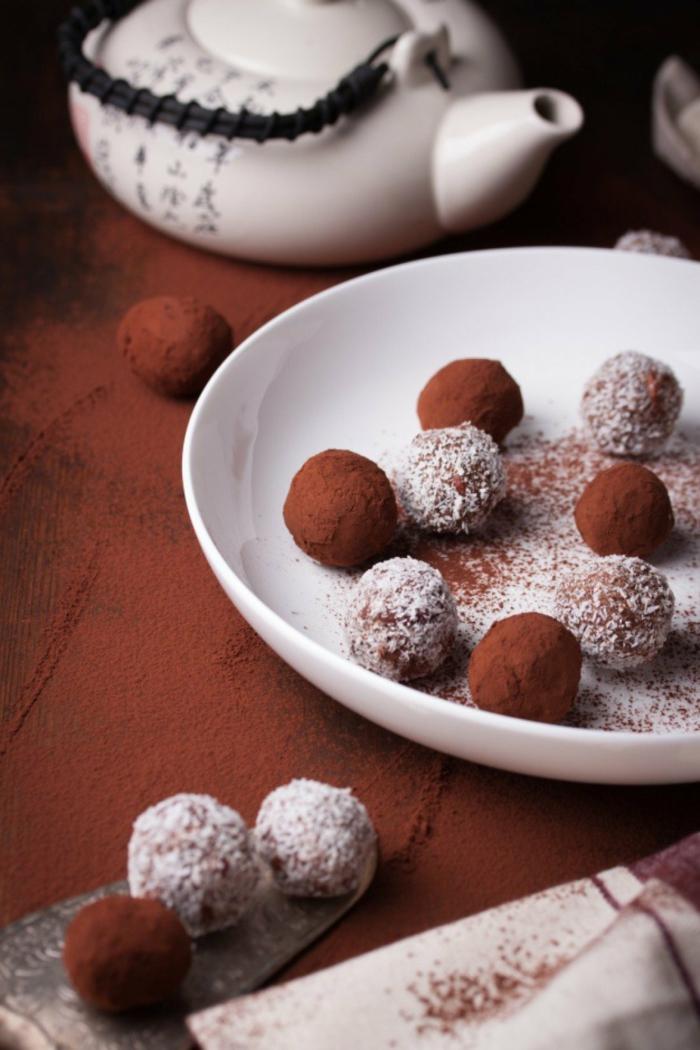 touche festive sur la table noël avec la truffes au chocolat