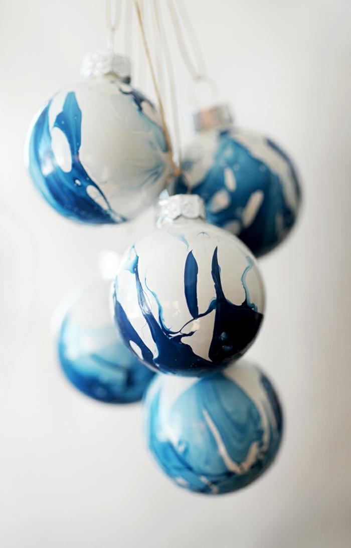 blanc et bleu déco boule de noël marbrée