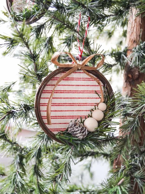 boule de Noël à fabriquer cerceau accroché
