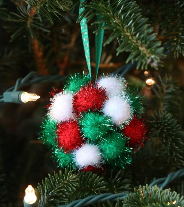 boule de Noël à fabriquer trois couleurs de pompons