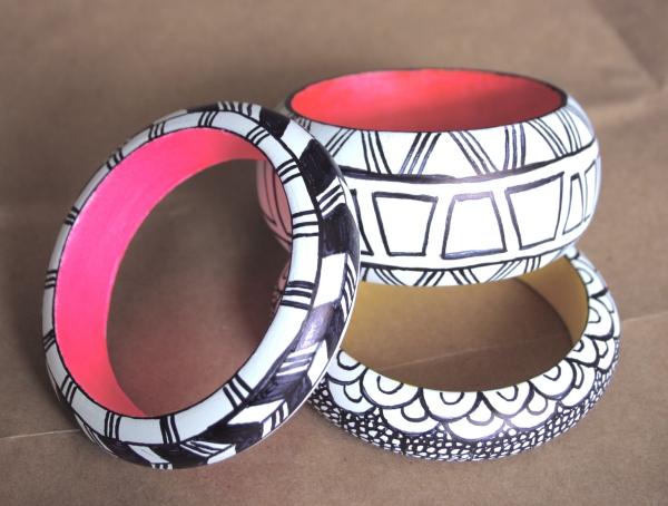 bracelet en bois en dessins