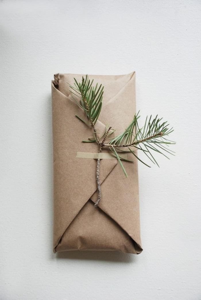 branche de sapin et papier cadeau kraft