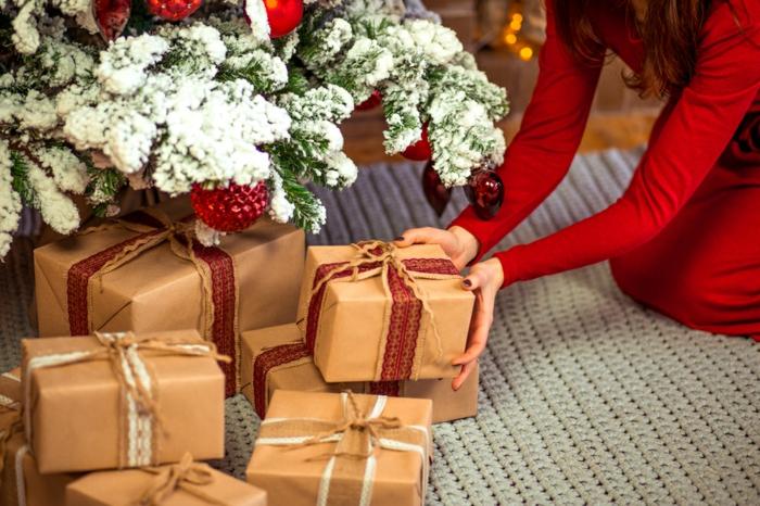 cadeaux en papier cadeau kraft sous le sapin