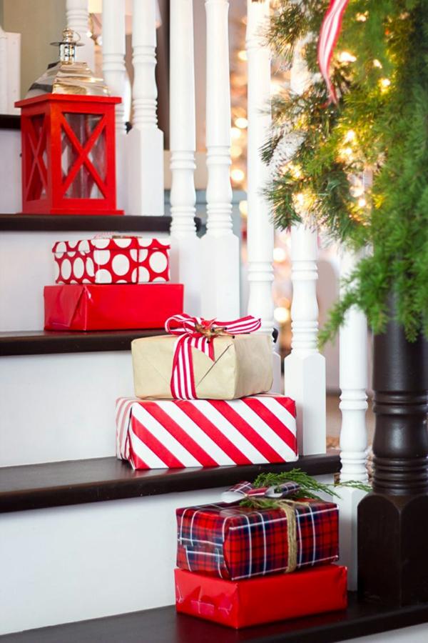 décoration escalier noël boîtes de cadeaux
