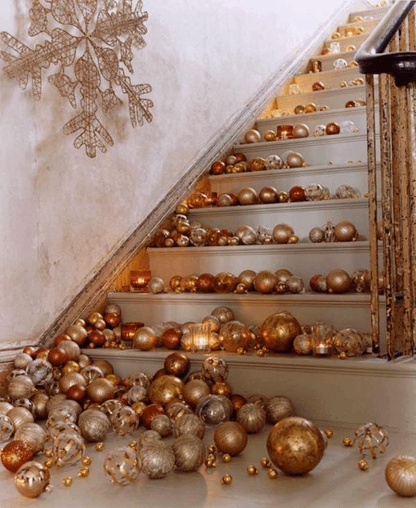 décoration escalier noël boules de sapin dorées