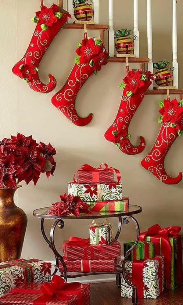 décoration escalier noël boules et chaussettes rouges