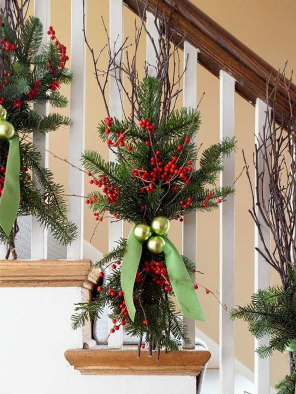 décoration escalier noël brindilles et baies rouges