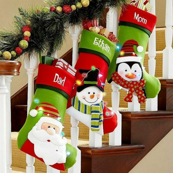 décoration escalier noël grandes chaussettes de noël
