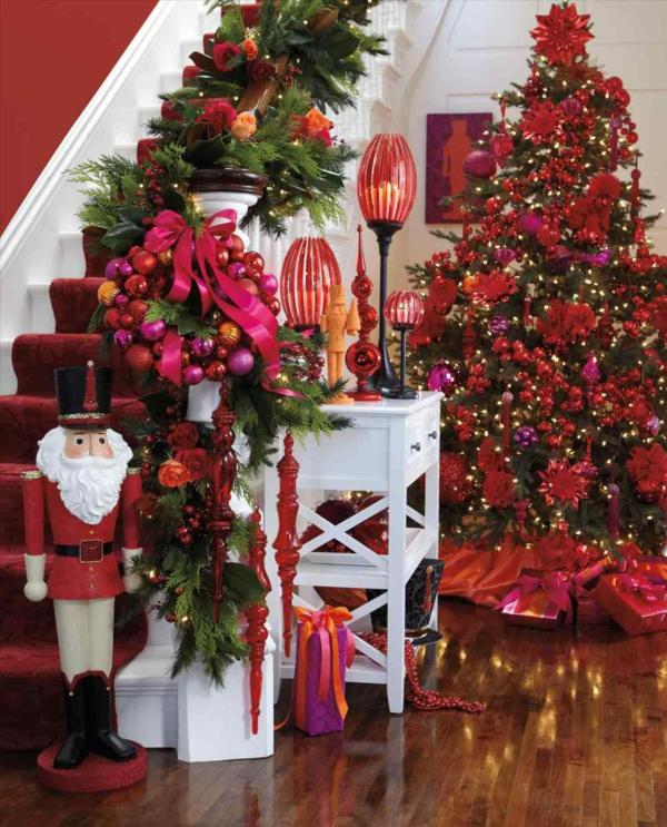 décoration escalier noël guirlande avec fleurs couronne de boules