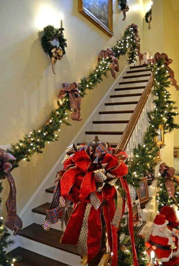 décoration escalier noël guirlande lumières rubans colorés
