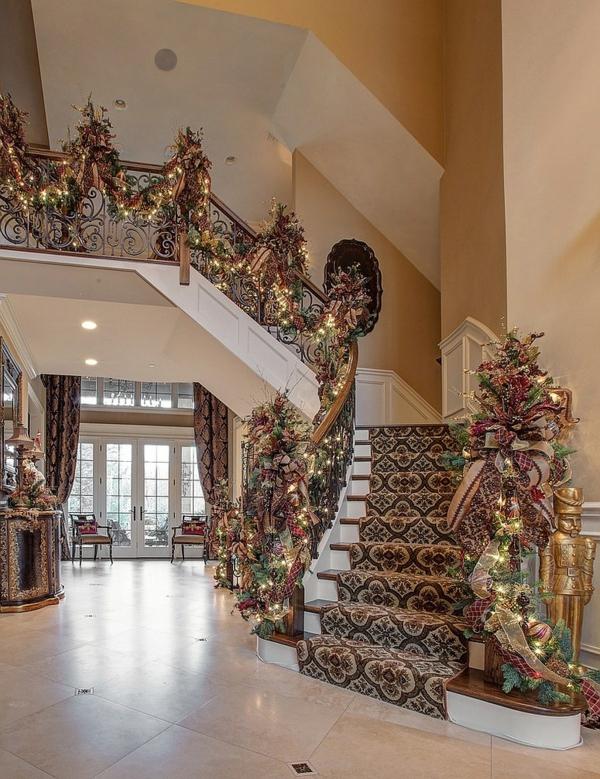 décoration escalier noël guirlande luxueuse