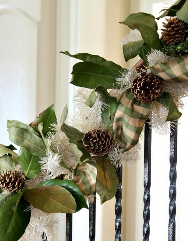 décoration escalier noël guirlande pommes de pin ruban