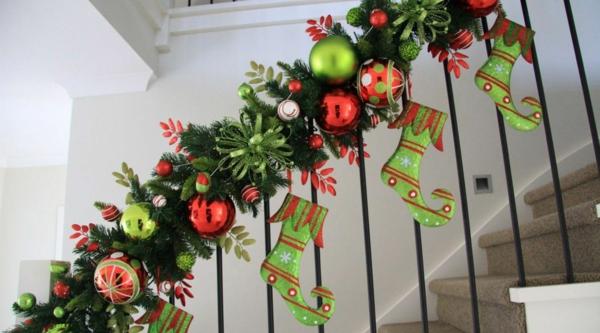 décoration escalier noël guirlande verte avec boules