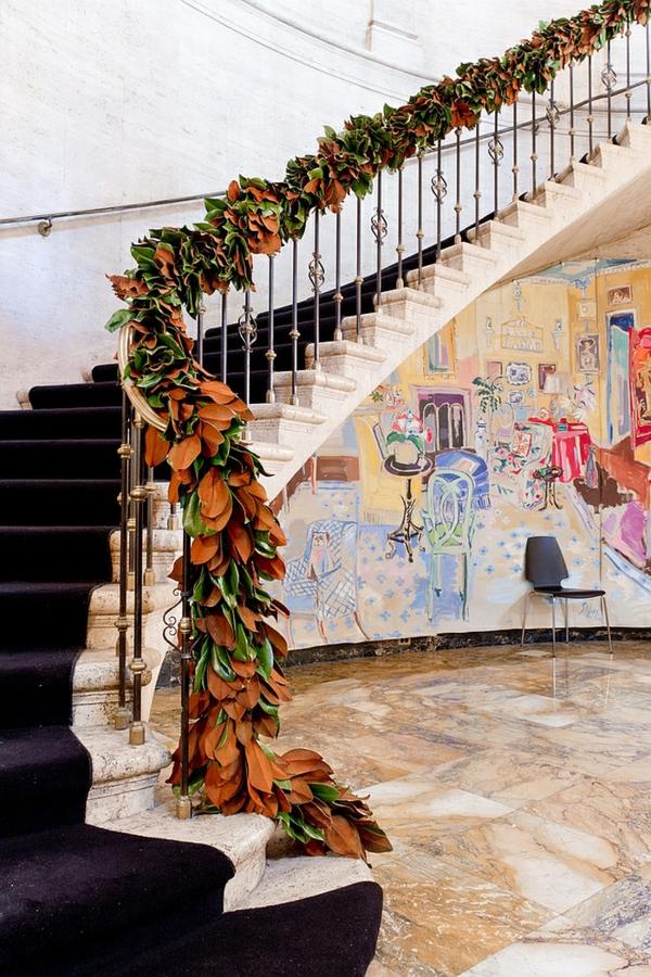 décoration escalier noël moderne guirlande de feuilles de magnolia