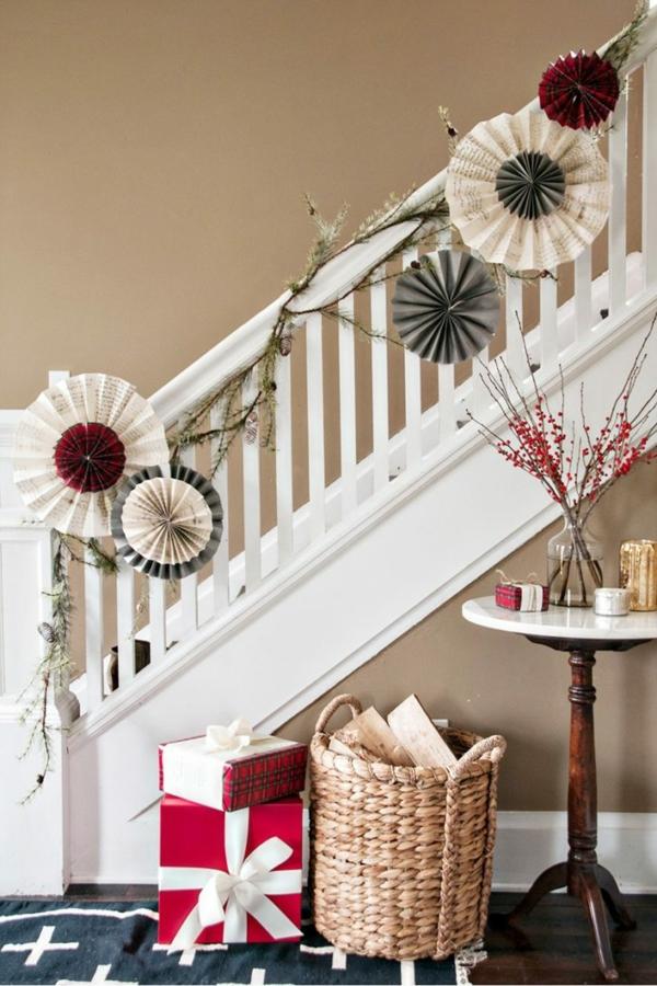 décoration escalier noël ornements en papier