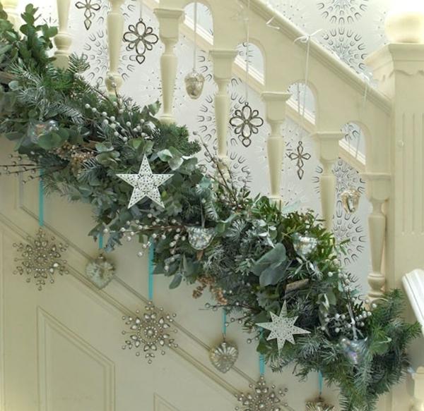 décoration escalier noël vintage ornements argentés