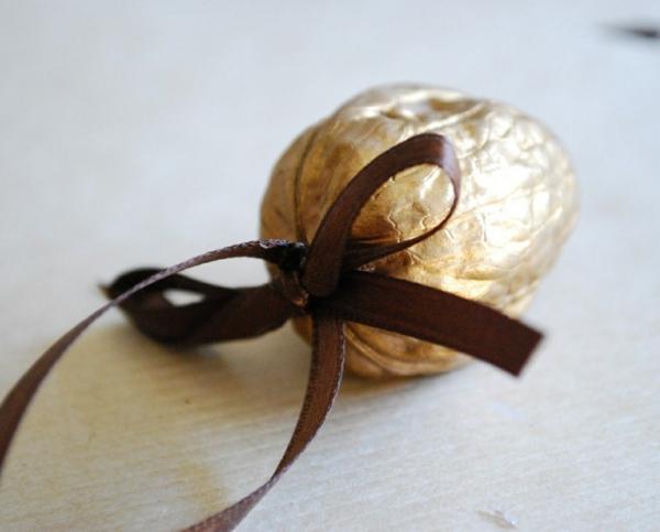 décorer son sapin de noël noix peint