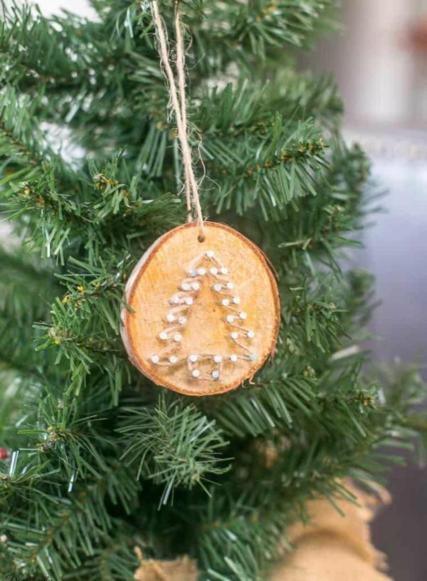 décorer son sapin de noël ornement rondin de bois fil tendu et clous