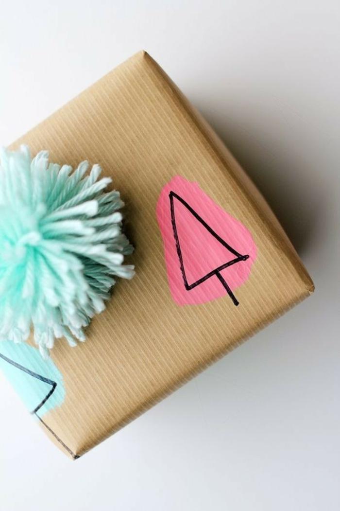 dessin et pompon déco papier cadeau kraft pour noël